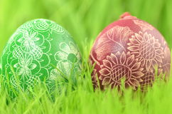 两个传统被抓的手工制造复活节彩蛋 库存照片