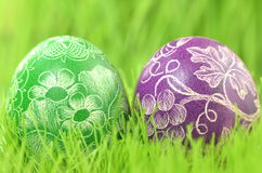 两个传统被抓的手工制造复活节彩蛋 免版税库存照片