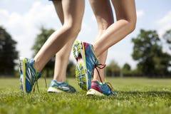 两个俏丽女孩跑步 免版税库存图片