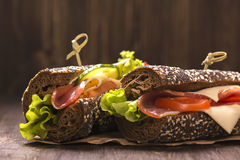 两个健康三明治用火腿、乳酪和菜 图库摄影