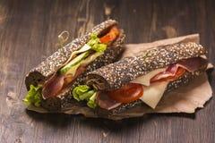 两个健康三明治用火腿、乳酪和菜 库存照片