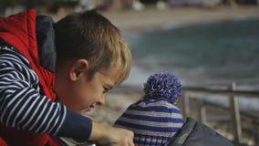 两个兄弟在温暖的衣裳的海滩使用 影视素材