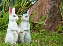 两个兔子玩偶在庭院里 免版税库存图片