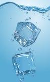 两个冰块滴下了入水 EPS10 免版税库存照片