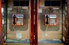 两个减速火箭的红色电话亭箱子关闭  库存图片