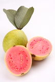 两个切片与叶子的新鲜的有机番石榴果子 图库摄影