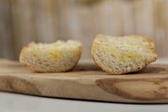 两个切片敬酒的长方形宝石面包用熔化黄油和pepp 免版税库存图片