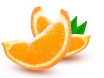两个切片橙色蜜桔或Mineola与在白色背景隔绝的叶子 免版税库存照片