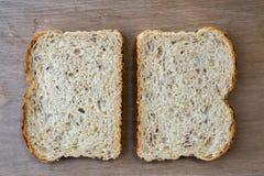 两个切片整个五谷面包 库存照片