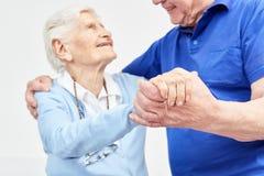 两个前辈一起愉快地跳舞 免版税库存图片
