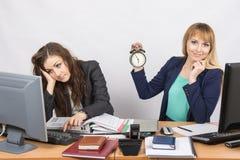 两个办公室工作者等待工作日的结尾 免版税库存照片