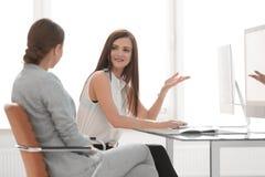 两个办公室工作者谈话在工作场所 库存照片