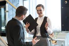 两个办公室工作者谈话 免版税库存照片
