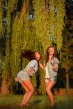 两个十几岁的女孩跳舞 库存照片