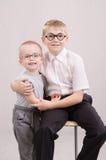 两个十几岁的男孩画象玻璃的 图库摄影