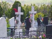 两个十字架和坟墓在老公墓 免版税图库摄影