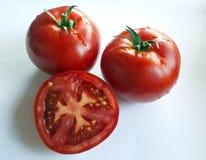 两个半红色tomatoeu 库存图片
