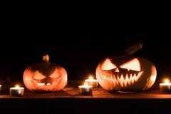 两个南瓜在桌上,并且蜡烛烧  万圣夜艺术设计 免版税库存照片