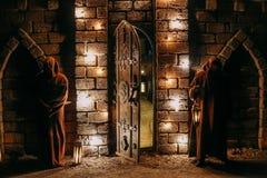 两个卫兵入口城堡门户开放主义的夜灯笼 免版税库存照片