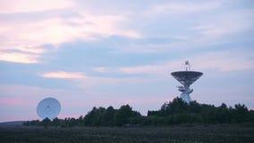 两个卫星列阵的轻率冒险在航天通讯的中心与树和领域的 股票录像