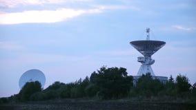 两个卫星列阵的轻率冒险在航天通讯的中心与树和领域的 股票视频