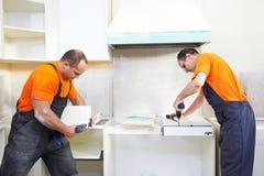 两个厨房安置者在木匠工作 免版税库存照片