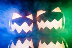 两个发光的南瓜为与颜色光的万圣夜 免版税图库摄影