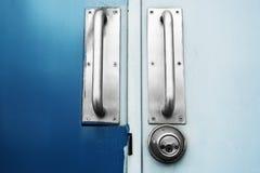 两个口气门深蓝和浅兰与钢把柄门 免版税库存照片