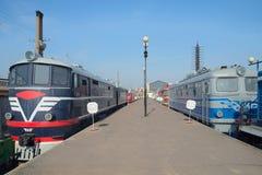 两个古老机车在前华沙驻地的平台站立 彼得斯堡圣徒 库存图片