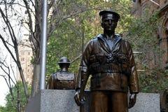 两个古铜色雕象、守卫纪念碑的战士和水手 图库摄影