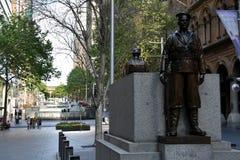 两个古铜色雕象、守卫纪念碑的战士和水手 免版税库存照片