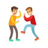 两个叫喊的男孩拳头战斗位置,长的袖子红顶的积极的恶霸与是更加微弱的另一个孩子战斗的,但是 库存照片