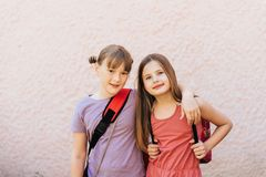 两个可爱的孩子女孩夏天画象  图库摄影