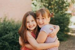 两个可爱的孩子女孩夏天画象  库存照片