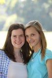 两个可爱的微笑的年轻十几岁的女孩 库存图片