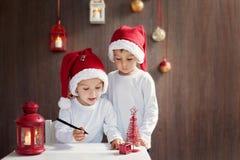 两个可爱的男孩,写信给圣诞老人 图库摄影
