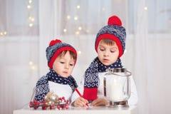 两个可爱的男孩,写信给圣诞老人 免版税库存照片