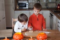 两个可爱的男孩,起重器o灯笼为万圣夜做准备 免版税库存图片