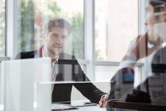 两个可爱的年轻商人谈话在业务会议在办公室 库存图片