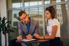 两个同事谈论企业想法在办公室 免版税库存照片