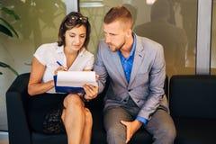两个同事谈论企业想法在办公室 库存照片