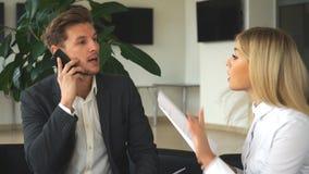 两个同事谈论企业想法坐椅子在办公室 股票录像