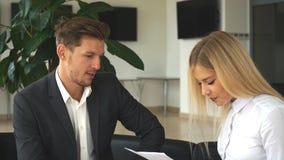 两个同事谈论企业想法坐椅子在办公室 股票视频
