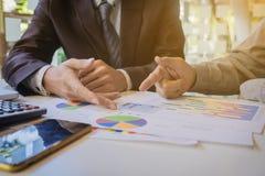 两个同事谈论关于新的企业项目计划  库存照片