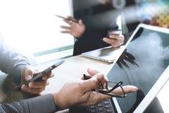 两个同事谈论网的设计师数据和数字式片剂 免版税库存图片