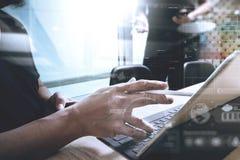 两个同事谈论网的设计师数据和数字式片剂 图库摄影