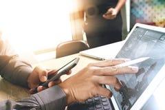 两个同事谈论网的设计师数据和数字式片剂 免版税库存照片