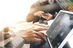 两个同事谈论网的设计师数据和数字式片剂 库存图片