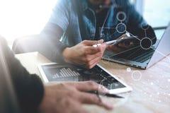 两个同事谈论网的设计师的数据和数字式的片剂 免版税图库摄影