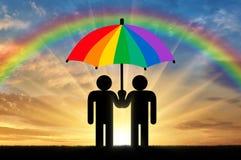 两个同性恋者在彩虹伞下 免版税图库摄影